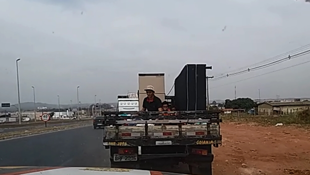 Caminhonete é flagrada transportando crianças na carroceria na BR-153. Veja vídeo
