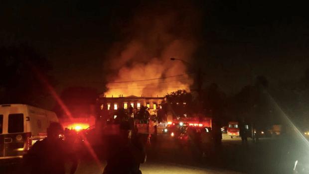 Rescaldo no Museu Nacional vai durar toda a semana, diz bombeiro