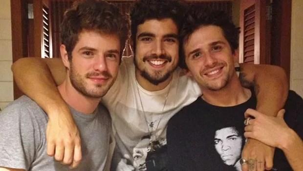 Ator da Globo, ex de Marquezine, e astro da Record são flagrados aos beijos