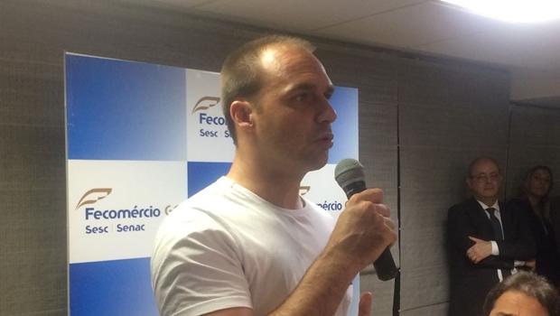"""Em Goiânia, filho de Bolsonaro ameaça cortar Lei Rouanet de artistas da campanha """"Ele Não"""""""