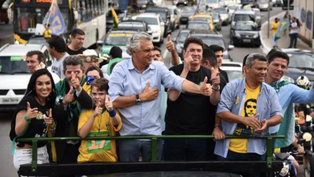 Caiado participa de carreata pró-Bolsonaro em Goiânia