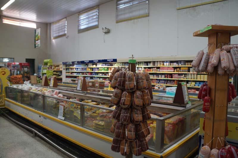 Supermercado deve pagar R$ 4 mil a cliente por rato morto em penca de banana