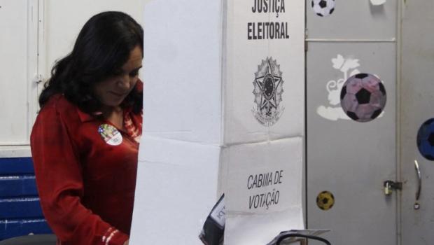 Professora Geli, candidata petista ao Senado, vota em Anápolis