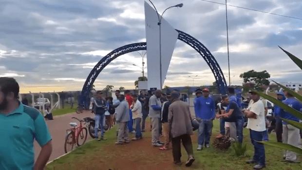 Com salários atrasados, vigilantes fecham entrada da UEG de Anápolis em protesto