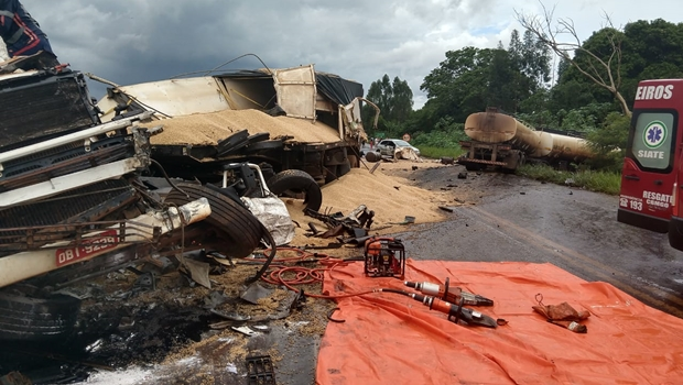 Motorista morre após colisão frontal entre duas carretas na BR-452