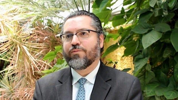Bolsonaro escolhe embaixador Ernesto Araújo para Relações Exteriores