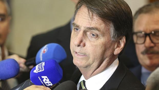 Bolsonaro cancela agenda no Congresso e ganha bananas de presente