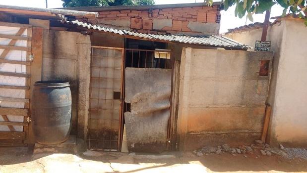 Com casa caindo aos pedaços, mãe com filha no Crer pede ajuda a prefeitura de Goianápolis
