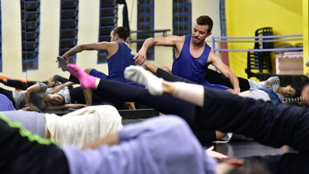 Bailarino João Paulo Gross oferece oficinas gratuitas de Gyrokinesis em Goiânia