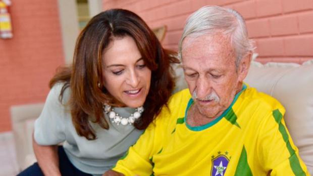 """Em visita centro de idosos Gracinha Caiado diz que vai """"resgatar conceito do voluntariado"""""""