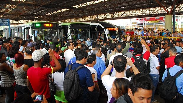 Estudantes fazem protesto contra restrições no passe livre e aumento da passagem