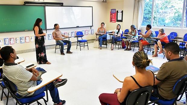 Projeto da PUC promove alfabetização gratuita de jovens e adultos em Goiânia