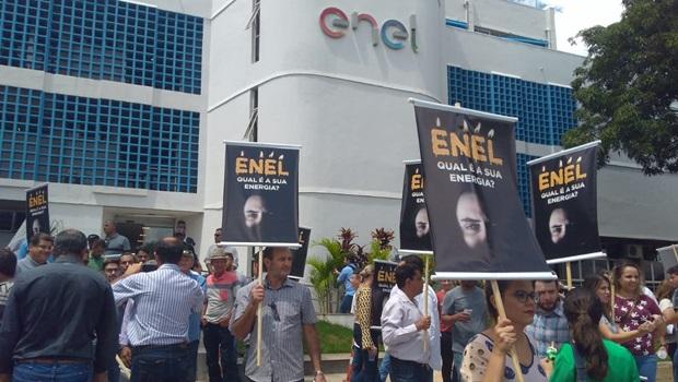 Produtores de leite fazem manifestação em frente à Enel por melhoria no fornecimento de energia