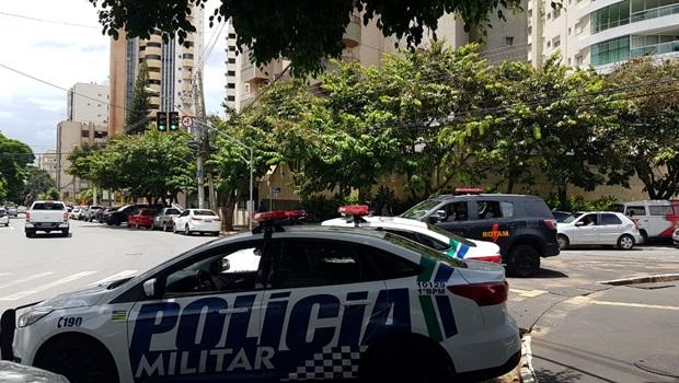 Dois homens armados invadem prédio e roubam apartamento em Goiânia