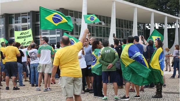 Em Brasília, manifestantes protestam contra decisão do STF