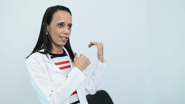 Renata Bernardes explica teoria da conspiração anti vacina