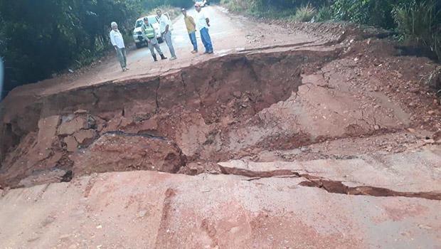 Cratera que impede fluxo de veículos na GO-060 reflete descaso com rodovias goianas
