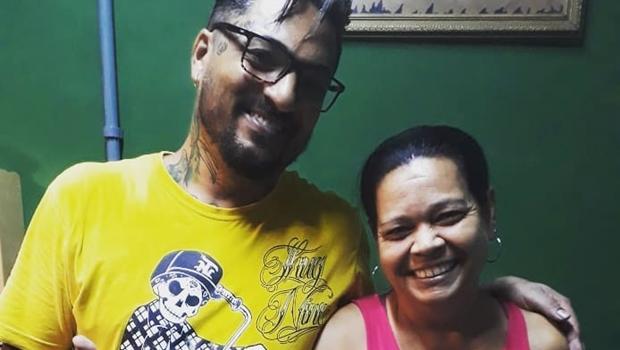 """Dona de casa tatua pênis no braço e afirma: """"gosto muito"""""""