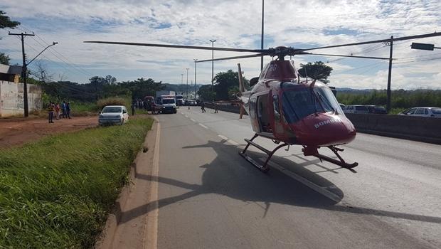 Acidente entre carro e caminhão deixa motorista preso às ferragens na BR-153