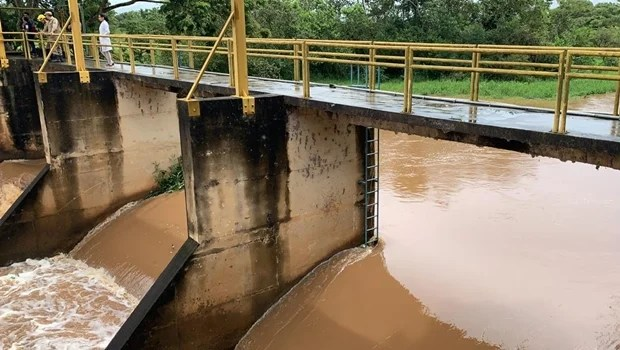 Corpo de Bombeiros faz busca por funcionário da Saneago que desapareceu no rio Meia Ponte