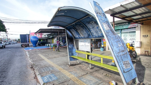 Pontos de ônibus da capital estão deteriorados e oferecem perigos aos usuários do transporte coletivo
