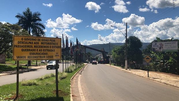 """""""Recebemos Estado quebrado e estradas esburacadas"""", diz placa na entrada de Pirenópolis"""
