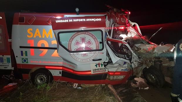 Uma colisão envolvendo uma ambulância e um caminhão deixou quatro pessoas gravemente feridas na madrugada deste sábado, 20, na BR 060, km 235, no município de Cezarina_Jornal Opção