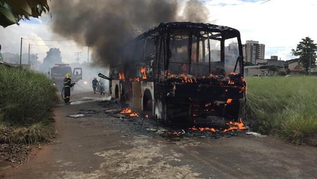 Ônibus pega fogo e Corpo de Bombeiros é acionado em Goiânia