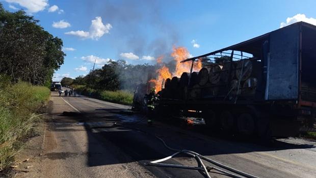 Carreta incendiada interdita BR-153 no Norte do Estado