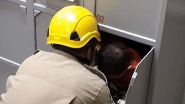 Menino fica preso em guarda volumes de banco e é resgatado pelos bombeiros