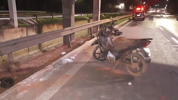 Marco Antônio Vieira Bezerra Lemes trafegava pela Alameda quando perdeu o controle da motocicleta. Com ele estava a passageira Izabel Batista de Souza Leuterio que segue internada - Jornal Opção