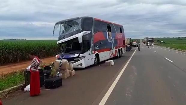 Ônibus e caminhão se envolvem em acidente na BR 060, próximo a Indiara