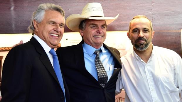 Bolsonaro visita Palácio das Esmeraldas e usa chapéu de Amauri
