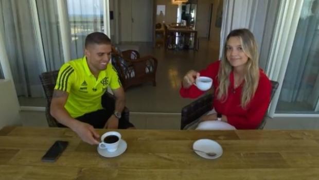 Ana Helena com Cuéllar, do Flamengo | Foto: Reprodução/TV Globo