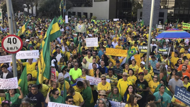 Manifestantes apoiam Sérgio Moro e atacam STF em frente à PF