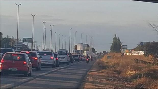 Acidente na GO-070 deixa trânsito lento e afeta linhas de ônibus