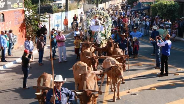 Jânio Darrot abre tradicional desfile de carros de boi em Trindade