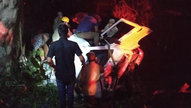 Caminhão carregado com baterias de automóveis cai em ribanceira na BR-364