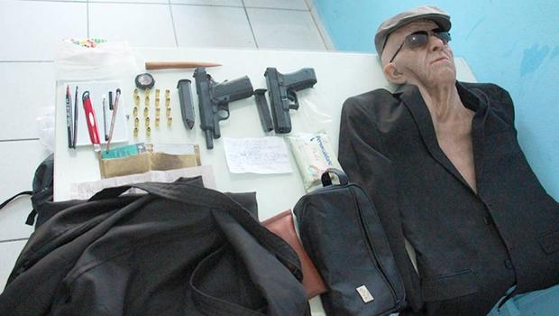 Fantasiado de idoso, homem tenta assaltar banco, mas quebra perna durante a fuga