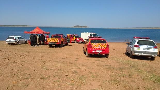 Bombeiros resgatam corpos de vítimas de acidente no Lago das Brisas, em Buriti Alegre