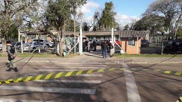 Ex-aluno ataca professora e estudantes em escola com golpes de machadinha