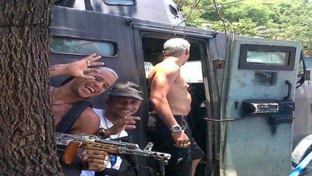 PM 'empresta' caveirão para traficantes armados tirarem fotos
