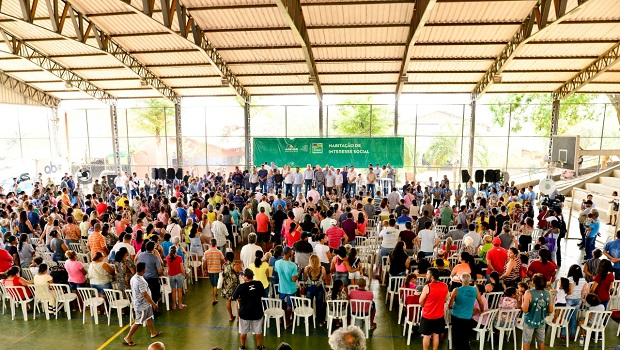Governador Ronaldo Caiado entrega 473 escrituras a moradores do Madre Germana I
