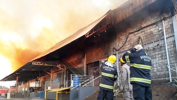 Corpo de Bombeiros combate incêndio em indústria de produtos químicos na BR-153