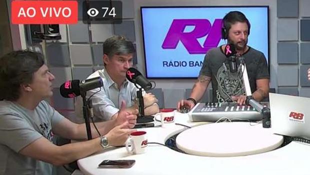 Rádios do grupo Bandeirantes adotam microfone rosa em alerta sobre câncer de mama
