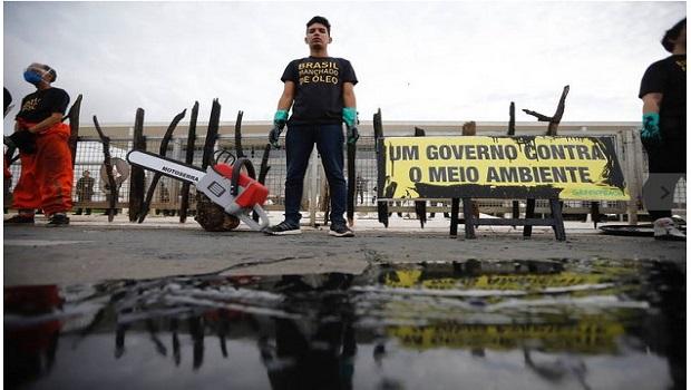 Greenpeace derrama óleo em frente ao Palácio do Planalto e integrantes são detidos
