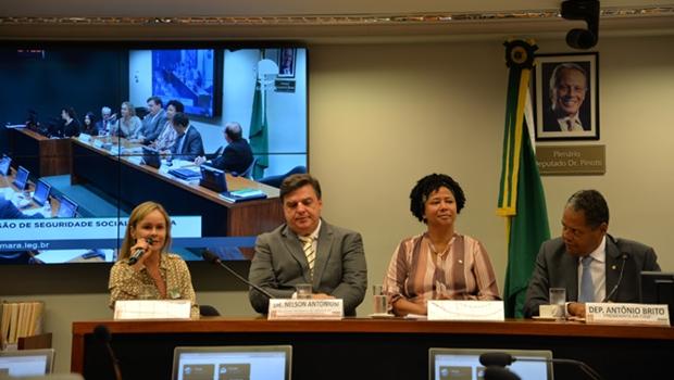 Câmara recebe professores da UFG responsáveis por método de diagnóstico de câncer por cera de ouvido