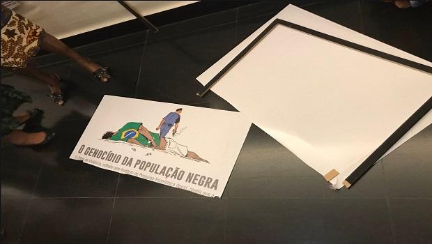 Deputado do PSL quebra peça de exposição sobre Consciência Negra na Câmara