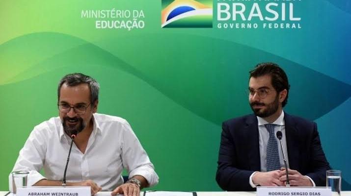 Bolsonaro exonera presidente do FNDE. Governo está fritando Weintraub