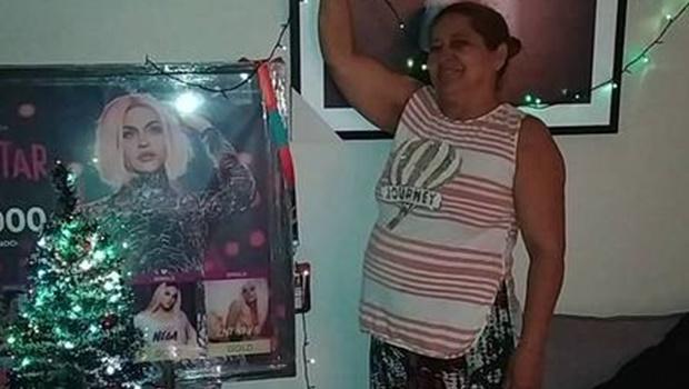 Mãe de Pabllo Vittar monta decoração de Natal com fotos da artista